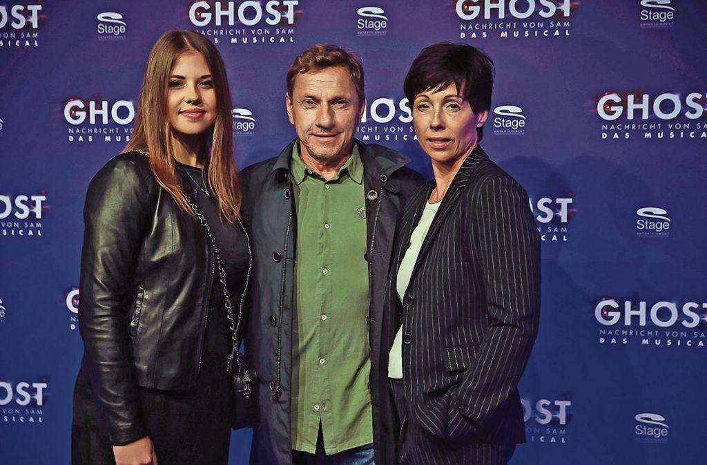 Zur Premiere nichts zu ermitteln: Tatort-Kommissar Richy Müller mit Tochter Paulina und Frau Lunez. Foto: