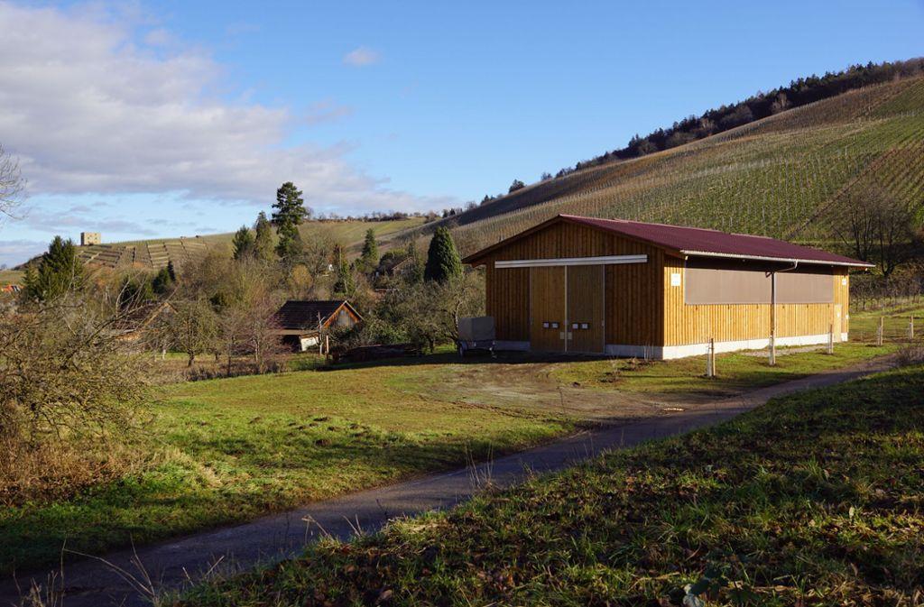 Der Schafstall liegt idyllisch am Fuße von Weinbergen. Foto: Roland Böckeler