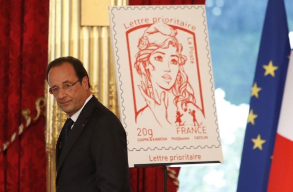 Da war er noch stolz: Präsident Hollande präsentiert die Marianne-Briefmarke. Foto: AP POOL
