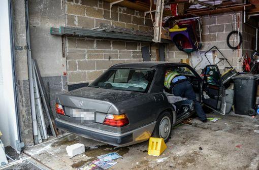 Mann kracht mit seinem Mercedes in Garage