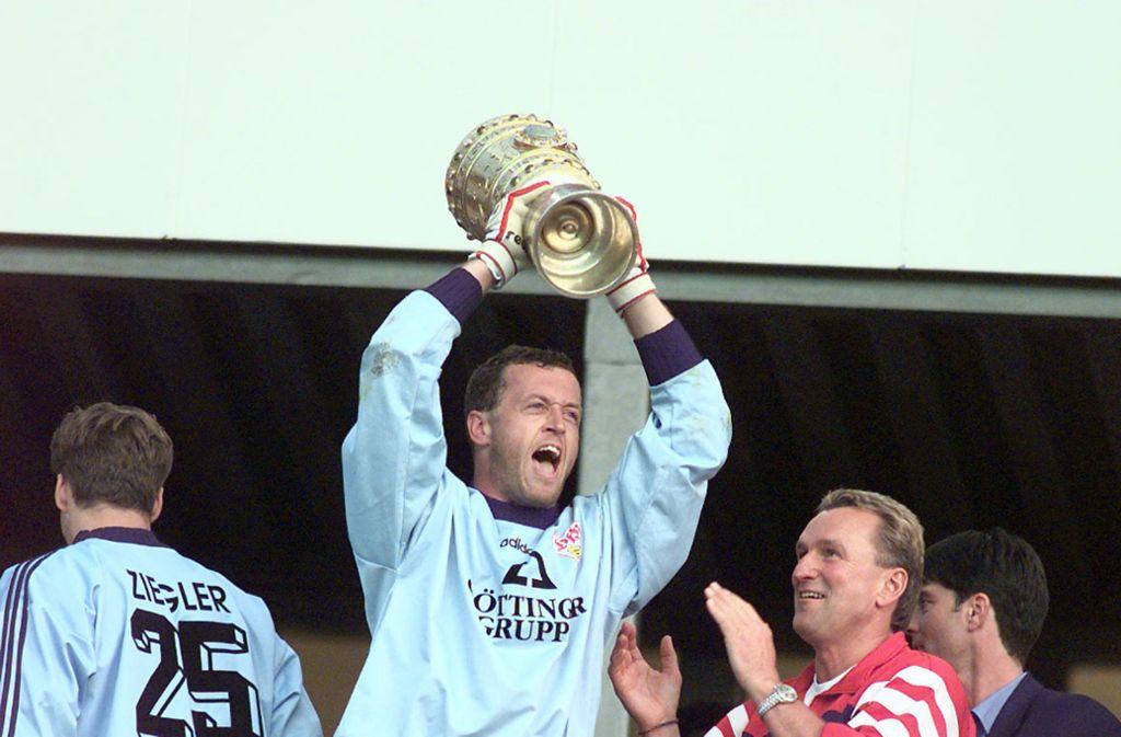 Franz Wohlfahrt holt 1997 mit einem 2:0-Finalsieg über Energie Cottbus den DFB-Pokal. Foto: Baumann