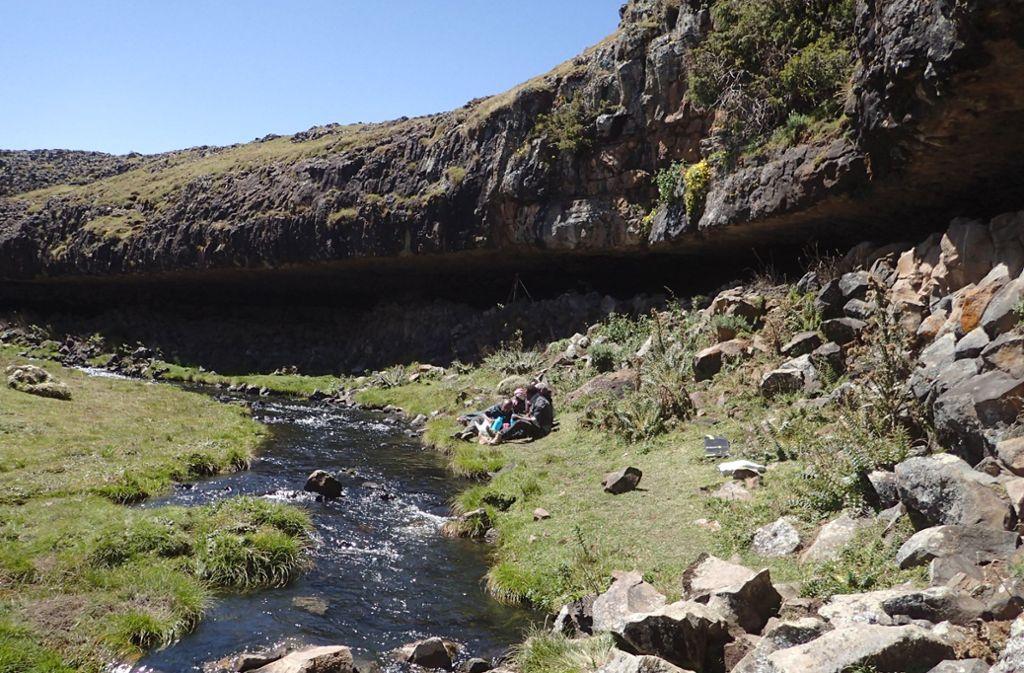 Ein Felsüberhang im äthiopischen Bale-Gebirge, unter dem eine Art Basiscamp von Steinzeitmenschen entdeckt wurde. Foto: Götz Ossendorf/dpa