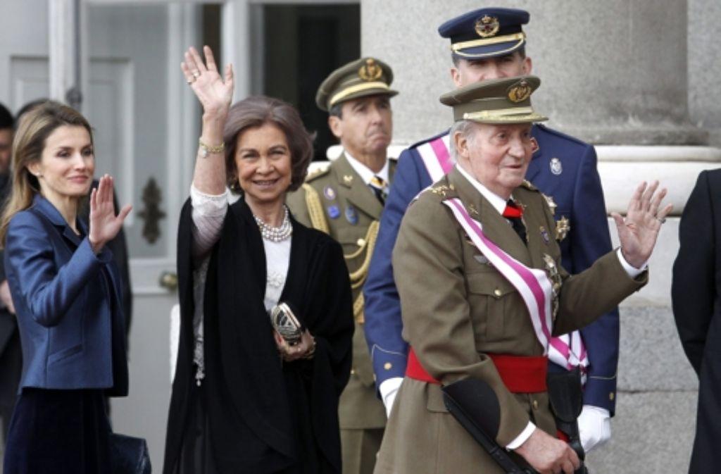 In Spanien gibt es derzeit für die königliche Familie nicht viel zu Lachen. Am Montag hat sich König Juan Carlos samt Familie erstmals seit November wieder in der Öffentlichkeit gezeigt. Foto: dpa