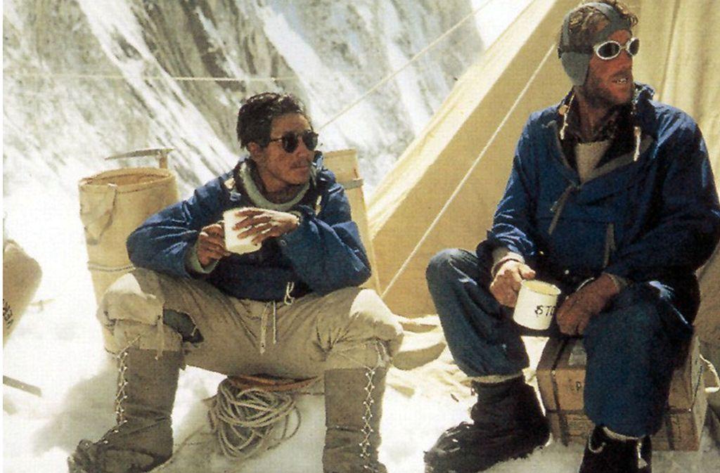 Edmund Hillary (rechts) und der Sherpa Tenzing Norgay ruhen sich nach der Erstbesteigung des Mount Everest am 29.  Mai 1953 im Basislager aus. Foto: