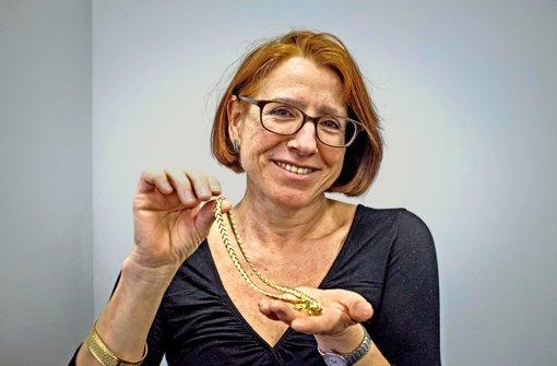 Susanne Korge gefällt das schlichte Design der Halskette. Foto: Lichtgut/Max Kovalenko