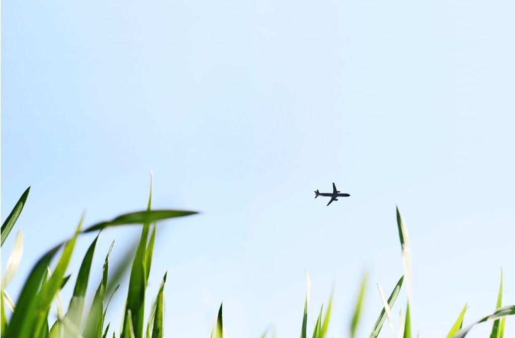 Fliegen schadet der Umwelt: Das dabei ausgestoßene Kohlenstoffdioxid (CO2) trägt wesentlich zum Klimawandel bei. Foto: sk_design / Adobe Stock