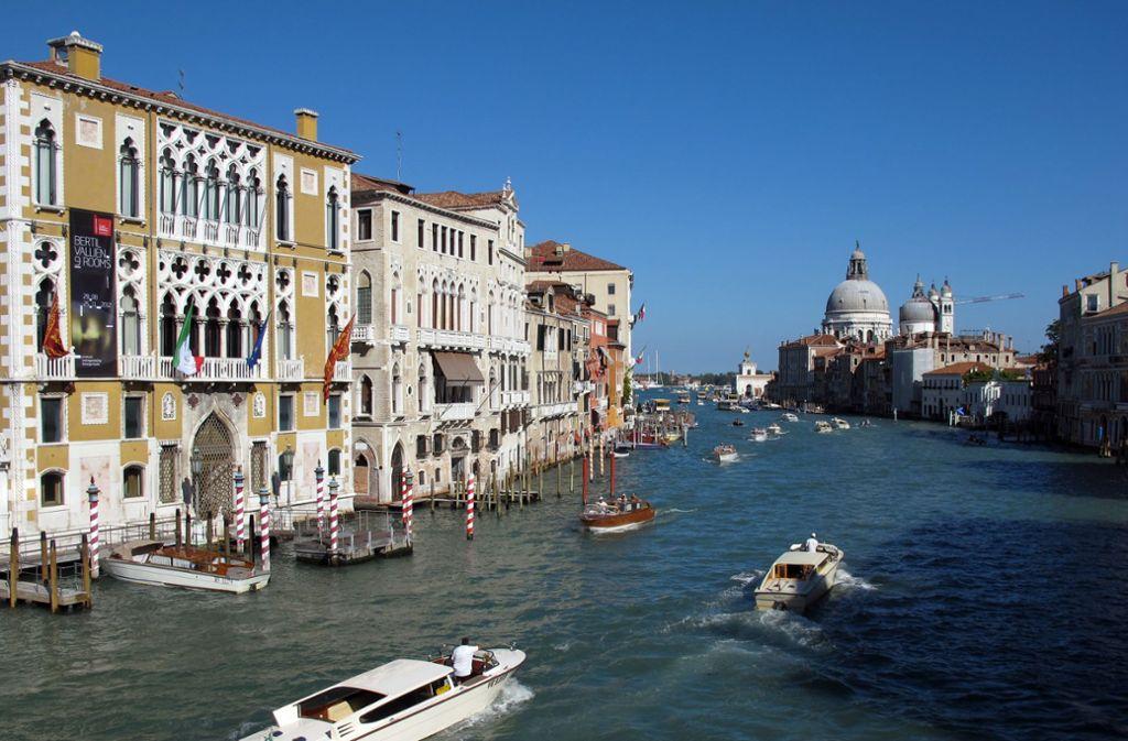 Zwei Touristen vergnügten sich im Wasser eines Kanals in Venedig – dafür hagelte es eine Geldstrafe. (Symbolbild) Foto: dpa/Jens Kalaene