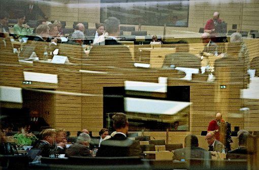 Der Untersuchungsausschuss des Landtags (hier in einer Scheibe gespiegelt) geht den NSU-Kontakten ins Land nach. Foto: dpa