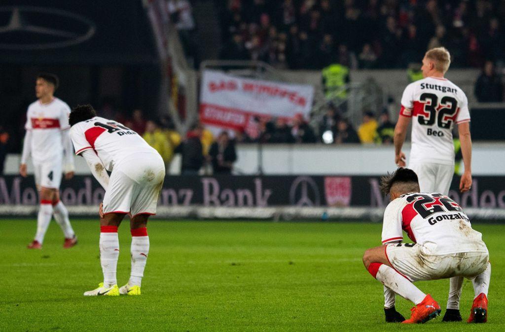 Frust bei den VfB-Profis: Das 2:2 gegen den SC Freiburg fühlte sich wegen des späten Gegentreffers wie eine Niederlage an. Foto: dpa
