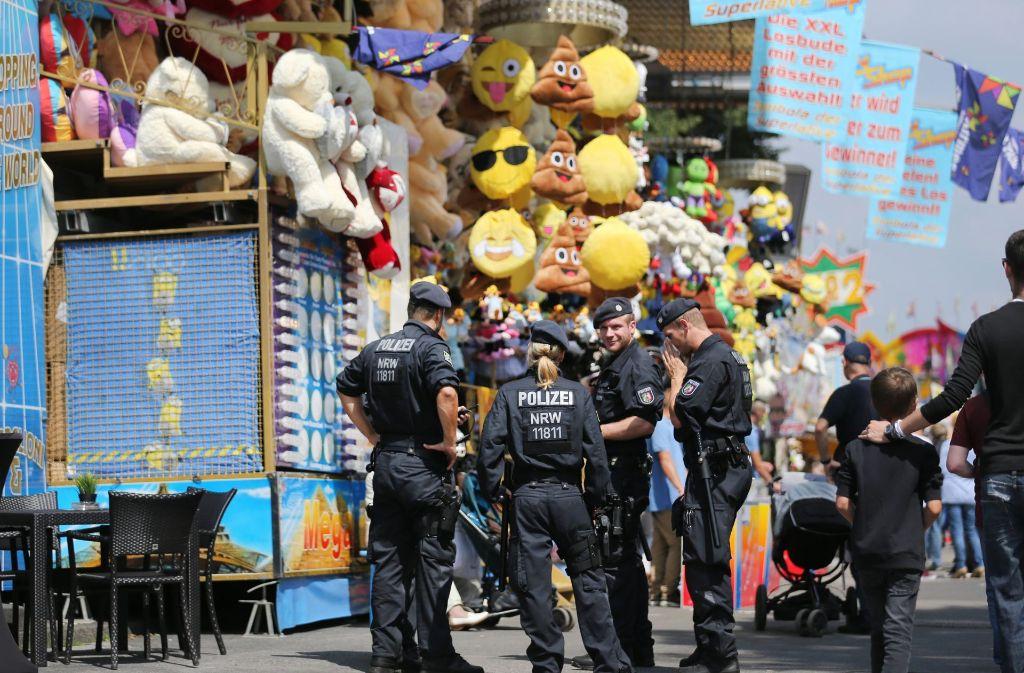 Nach dem Anschlag von Berlin, bei dem ein Lastwagen in einen Weihnachtsmarkt gefahren ist, ist der Sicherheitsaspekt von öffentlichen Veranstaltungen wie Volksfesten ein Thema, das auch Schausteller bewergt (Symbolbild). Foto: dpa