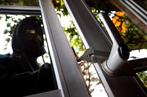 Einbrecher steigt in Mehrfamilienhaus ein
