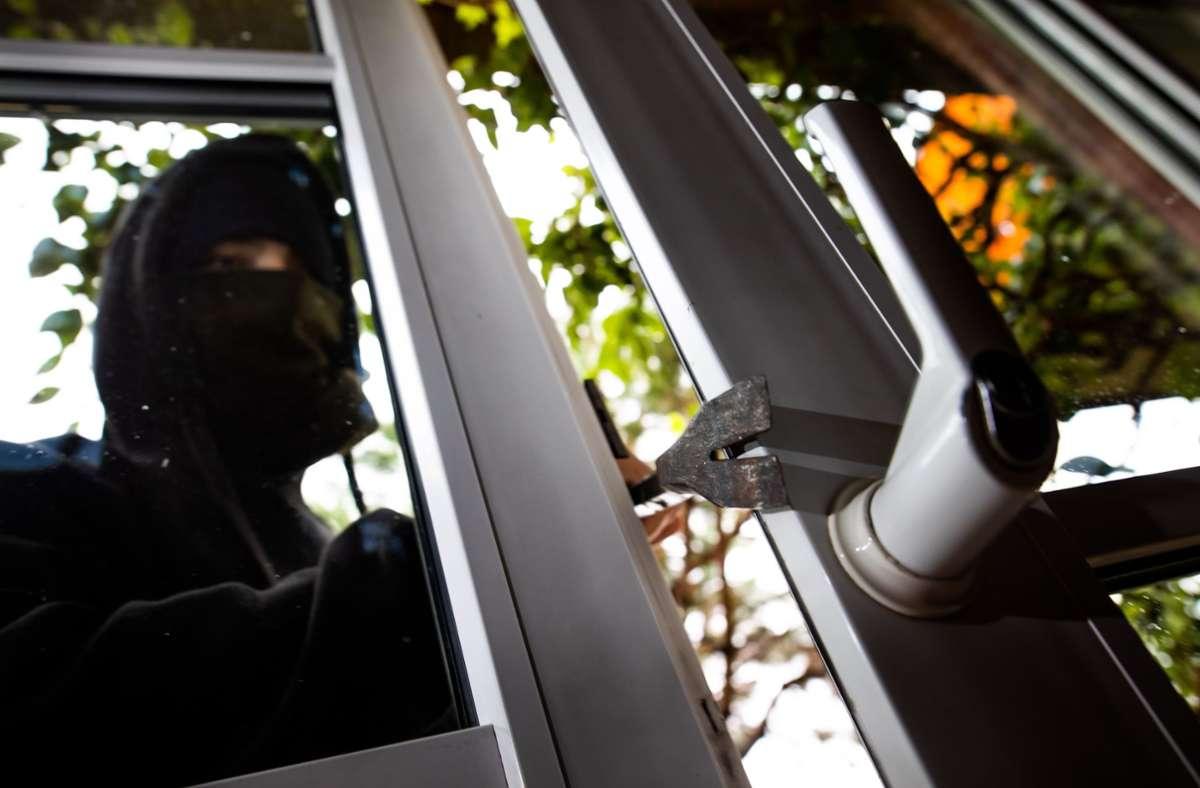 Der Täter hebelte  in der Zeit zwischen 14.30 Uhr und 19.30 Uhr die Balkontür der Wohnung auf Foto: dpa/Philipp von Ditfurth