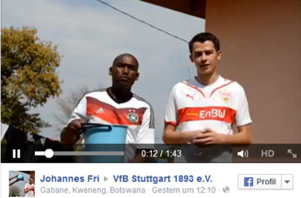 Johannes Friedrich (rechts) mit seinem Gastbruder aus Botswana. Zusammen haben sie den VfB Stuttgart für die Ice Bucket Challenge nominiert. Foto: Markus Merz