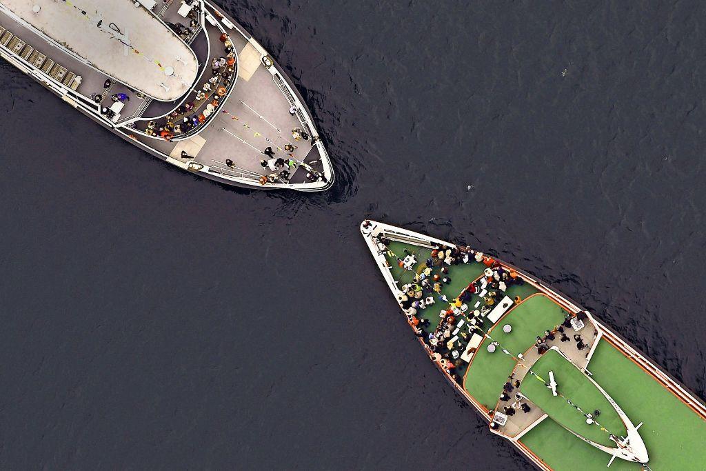 Bei der traditionellen Sternfahrt zum Saisonbeginn auf dem Bodensee reichen sich die Kapitäne die Hand. Doch längst gibt es Ärger zwischen den Schiffsgesellschaften. Foto: dpa