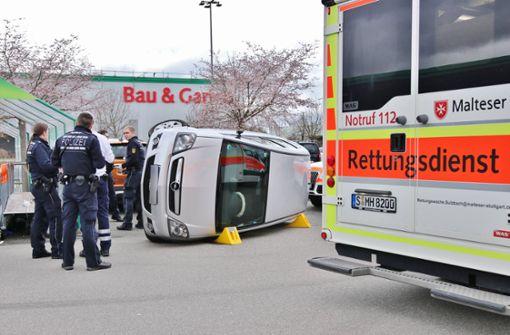 Auf Parkplatz überfahren – 56-Jährige ringt mit dem Tod
