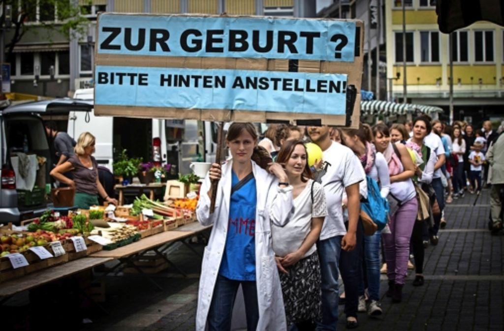Hebammen protestieren auf den Marktplatz für bessere Arbeitsbedingungen. Mehr Bilder in unserer Fotostrecke. Foto: Lichtgut/Achim Zweygarth