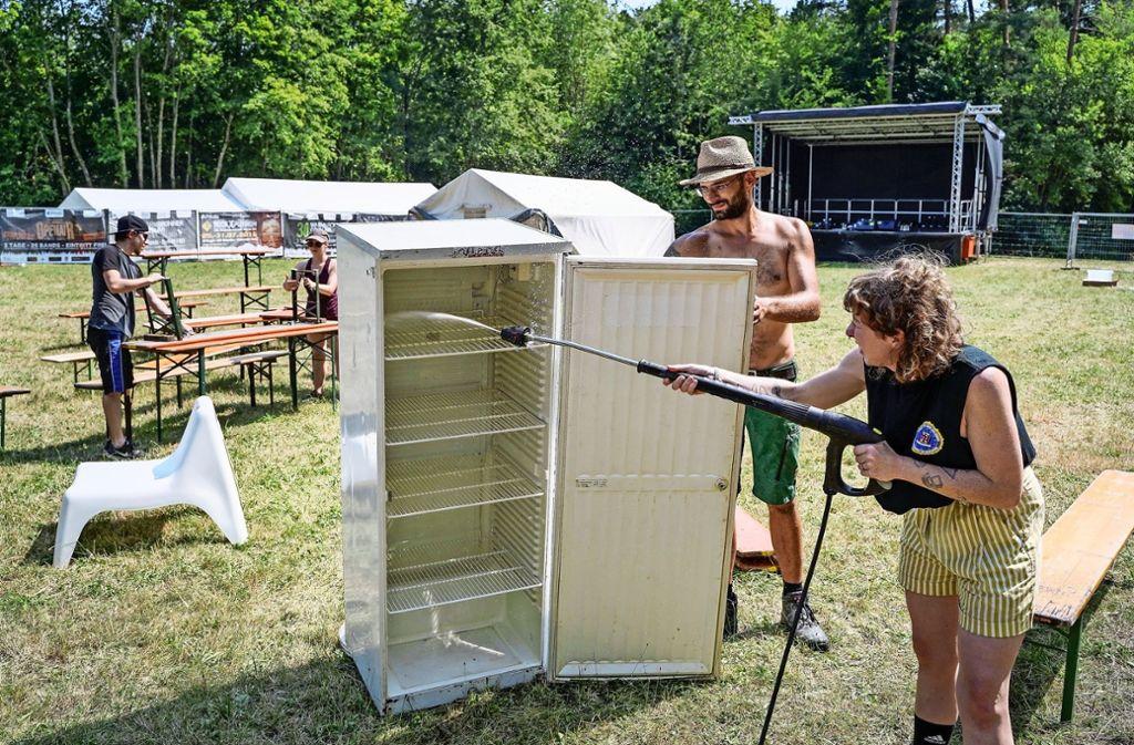 Wasser marsch! Die Kühlschränke sind sauber, jetzt können die Getränke rein. Foto: factum/