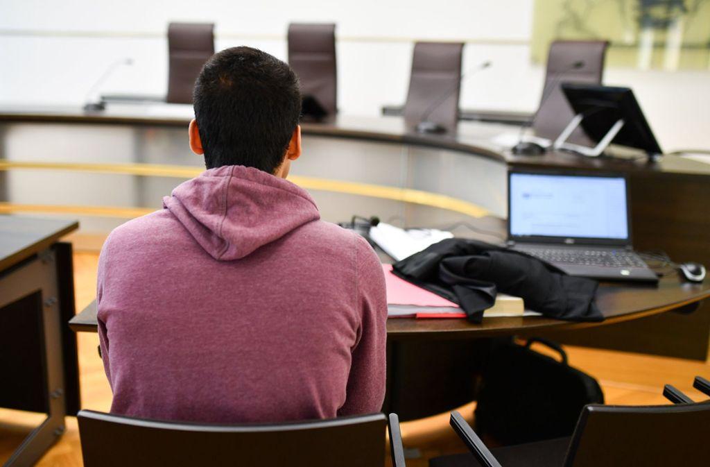 Der Kläger aus Afghanistan sitzt in einem Verhandlungssaal des Verwaltungsgerichtshofs (Archivbild). Foto: dpa
