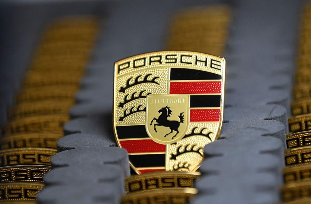 Die Produktion bei Porsche wird aufrecht erhalten. Foto: AFP/THOMAS KIENZLE
