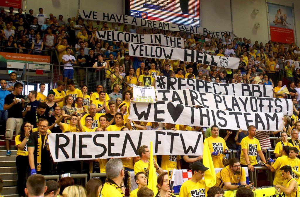 """Die """"Yellow Hell"""": In gelb-schwarzem Outfit  präsentieren sich die Anhänger der MHP Riesen bei den Heimspielen in der Ludwigsburger Arena –  wie hier im Jahr 2014. Foto: Baumann/Archiv"""