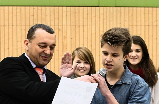 Der Weiler Bürgermeister Thilo Schreiber vereidigt den Kanzler Leo Semmelmann. Foto: factum/Bach