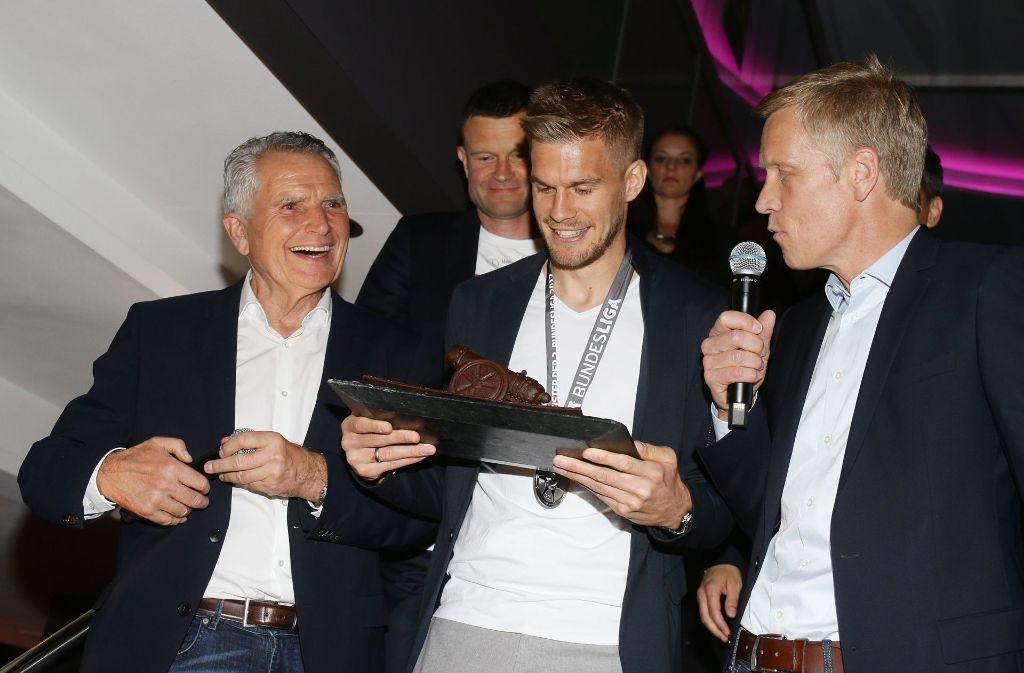 Große Freude bei VfB-Präsident Wolfgang Dietrich (links), Torjäger Simon Terodde und Jan Schindelmeiser. Foto: Pressefoto Baumann