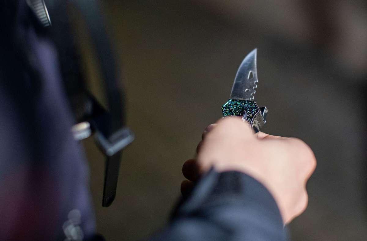Ein 37-Jähriger verletzte einen 29-Jährigen am Bahnhof in Esslingen mit einem Messer (Symbolbild). Foto: dpa/Christoph Reichwein