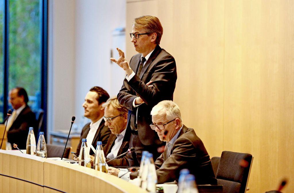 ...und raus bin ich: Michael Föll (stehend) verlässt die Bürgermeisterbank. Von links: Fabian Mayer, Werner Wölfle und OB Fritz Kuhn. Foto: Lg/Piechowski