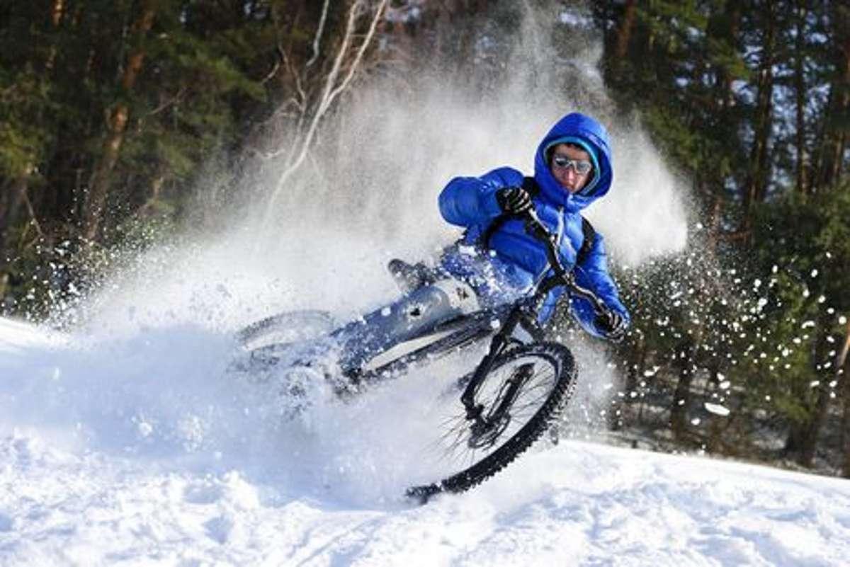 Wer sonst mit dem Rennrad unterwegs ist, darf im Winter gerne mal auf dicke Reifen umsteigen. Foto: Shutterstock/ AMatveev