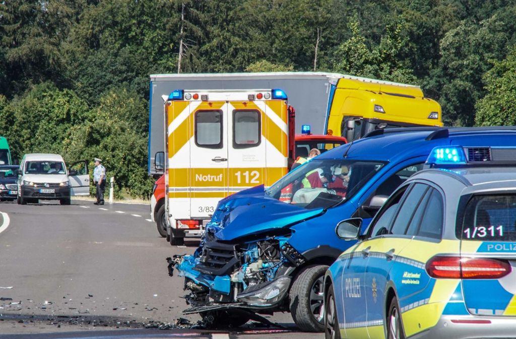 Der Dacia ist bei dem Unfall schwer beschädigt worden. Foto: SDMG