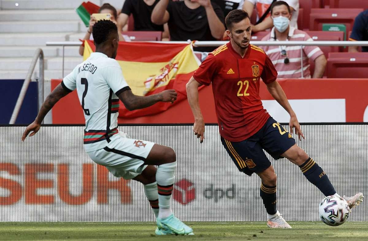 Portugal ist Deutschlands Gruppengegner bei der diesjährigen Europameisterschaft. Im Spiel gegen Spanien hatte es einen positiven Coronafall gegeben. Im Bild: Pablo Sarabia (Spanien, rechts) und Nelson Semedo (Portugal). (Archivbild) Foto: imago images/NurPhoto/Jose Breton via www.imago-images.de