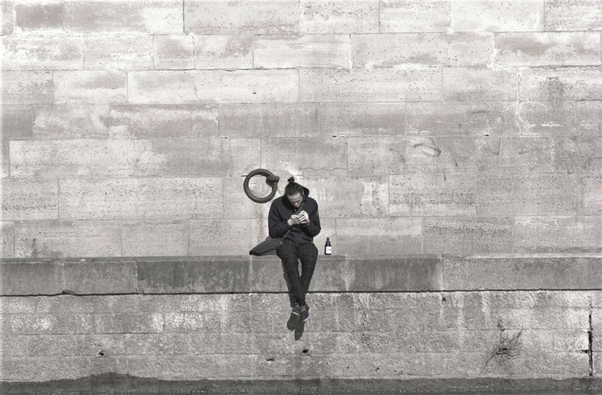Einsam an der Seine – in Zeiten von Corona wird Geselligkeit in Paris sehr klein geschrieben. Darunter leidet  die Lebensqualität in der Stadt gewaltig. Foto: Knut Krohn