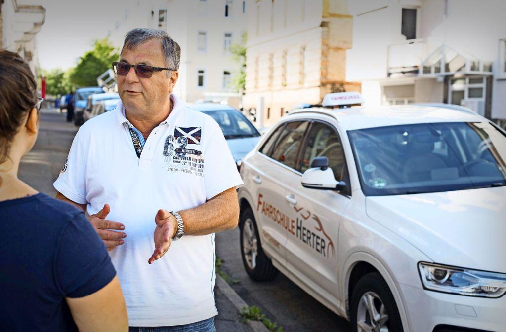 Fahrlehrer Roland Herter kritisiert die neue Software des Tüv, die seine  Schüler bei Prüfungsterminen ausbremst. Er muss die jungen Leute auf später vertrösten. Foto: Lichtgut/Kovalenko
