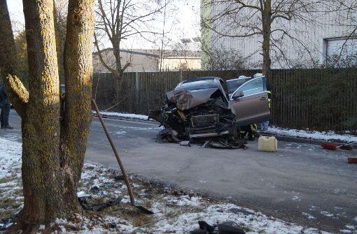 23-jähriger Autofahrer kracht gegen Baum