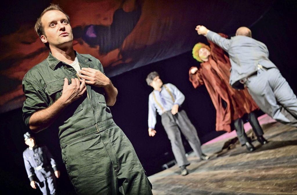 Er spielt Mann und Kind abwechselnd:  Benjamin Janssen (li.) als Siggi Jepsen. Foto: Patrick Pfeiffer