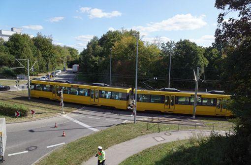 Stadtbahn streift im Vorbeifahren zwei Autos