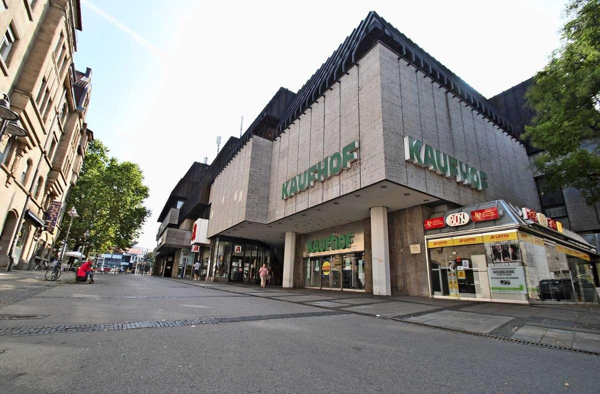 Das  Kaufhof-Gebäude am Rand der Altstadt von Bad Cannstatt. Foto: Sebastian Steegmüller