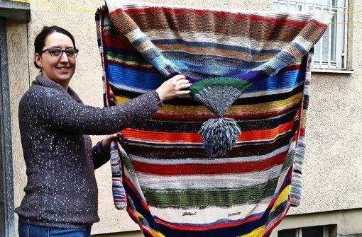 Gloria Mangold freut sich, dass sie die gestrickte    Wollmütze einigermaßen  unversehrt wiederbekommen hat. Foto: privat