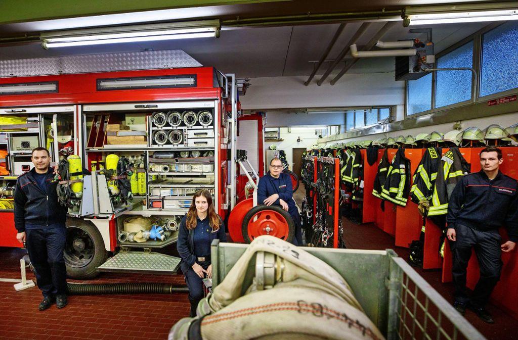 Mitglieder der freiwilligen Feuerwehr: Steffen Knödler, Janina Weber, Sven Kurz und Lukas Simon (von links) in der Fahrzeughalle in Rudersberg. Foto: Gottfried Stoppel