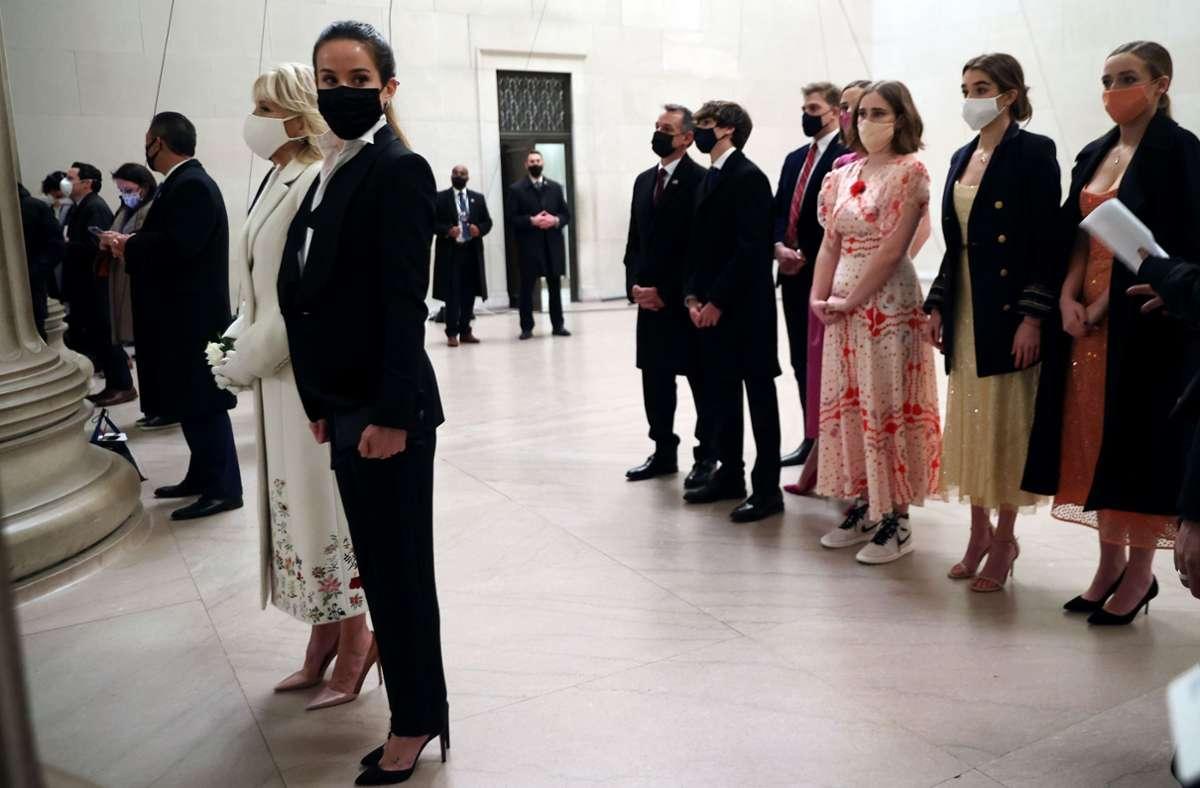 Ashley Biden trug einen Damensmoking, ihre Mutter Jill ein cremeweißes Mantel-Kleid-Ensemble. Foto: AFP/CHIP SOMODEVILLA