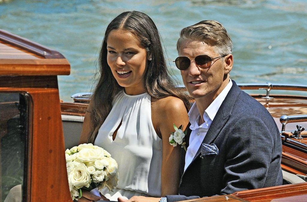 Mondän wie die  Clooneys:   Tennisspielerin Ana Ivanovic und  Fußballer  Bastian Schweinsteiger wurden am Mittwoch in Venedig kirchlich getraut und   feierten im Arsenale (das Bild zeigt sie nach der standesamtlichen Trauung einen Tag zuvor). Foto: dpa