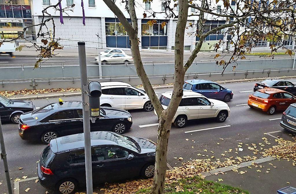 Der Blick aus dem Wohnzimmer an der Heilbronner Straße 97: Viel Blech und eine Messstation vor der Nase Foto: Avni  Ljivoreka/Martin Haar