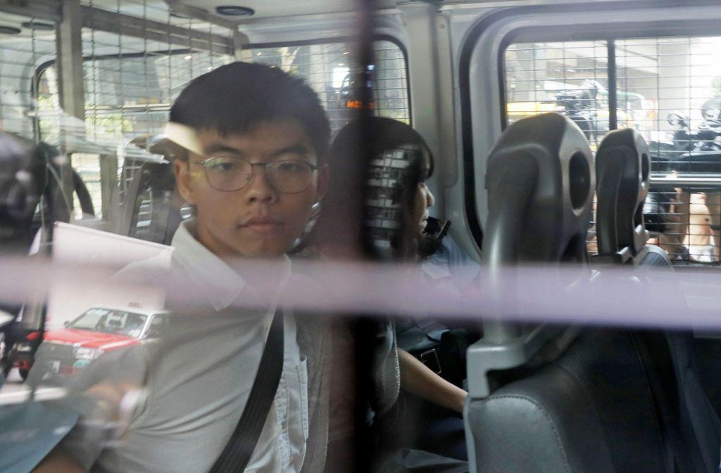 Die Bürgerrechtler Joshua Wong (links) und Agnes Chow wurden von der Polizei weggefahren. Foto: dpa