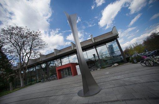 Schlanke Eleganz: die Skulptur harmoniert mit der Architektur des Bads. Foto: Ines Rudel