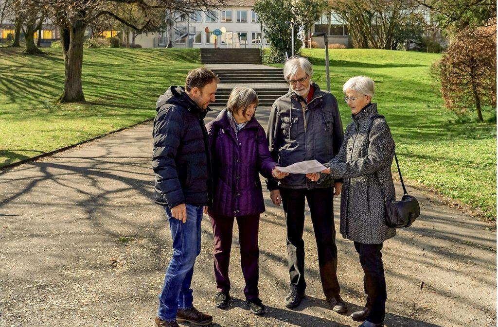 Die Sprecher der Initiative,  Carsten Krebs, Kerstin Strubbe, Constantin Boytscheff und Waltraud Pfisterer-Preiss (von links), treffen sich auf dem strittigen Areal. Foto: factum/Weise