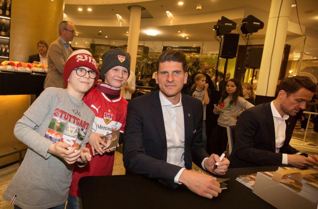 VfB-Stürmer Mario Gomez mit Fans; rechts neben ihm gibt Christian Gentner Autogramme Foto: Lichtgut/Ines Rudel