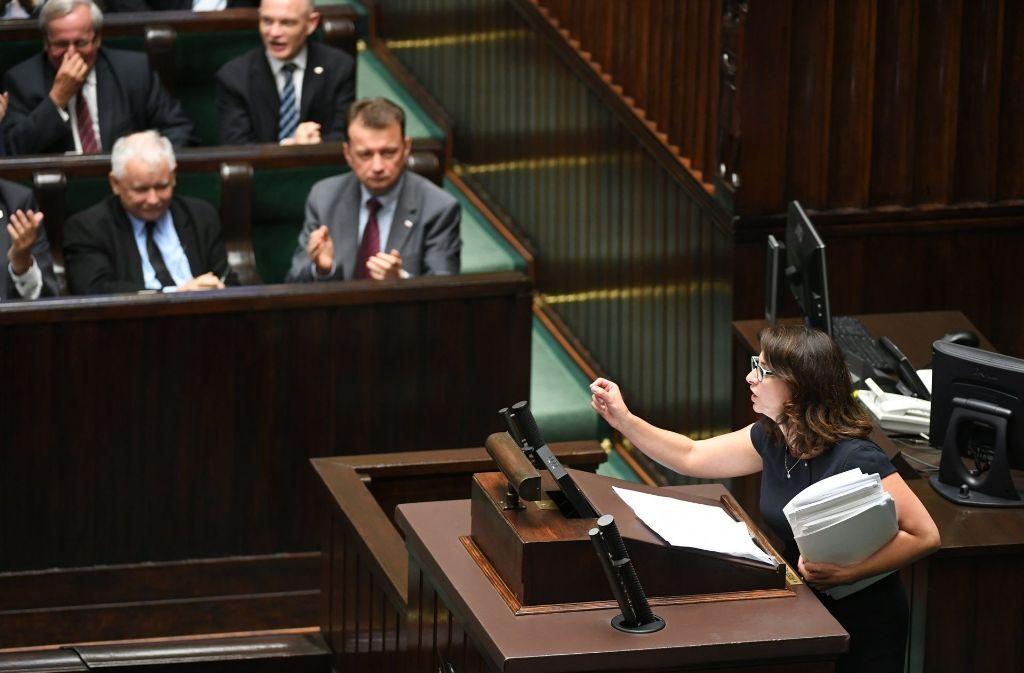 Kamila Gasiuk-Pihowicz von der Partei «Nowoczesna» am Mittwoch im Parlament in Warschau über die umstrittene Justizreform in Polen. Foto: PAP