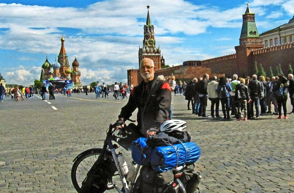 Klaus-Dieter Reichert steht mit seinem Fahrrad auf dem Roten Platz. Foto: privat