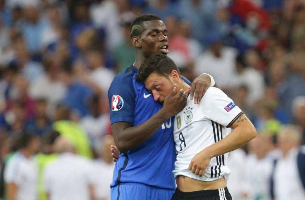 Eine bittere Niederlage: Paul Pogba tröstet Mesut Özil. Foto: Pressefoto Baumann