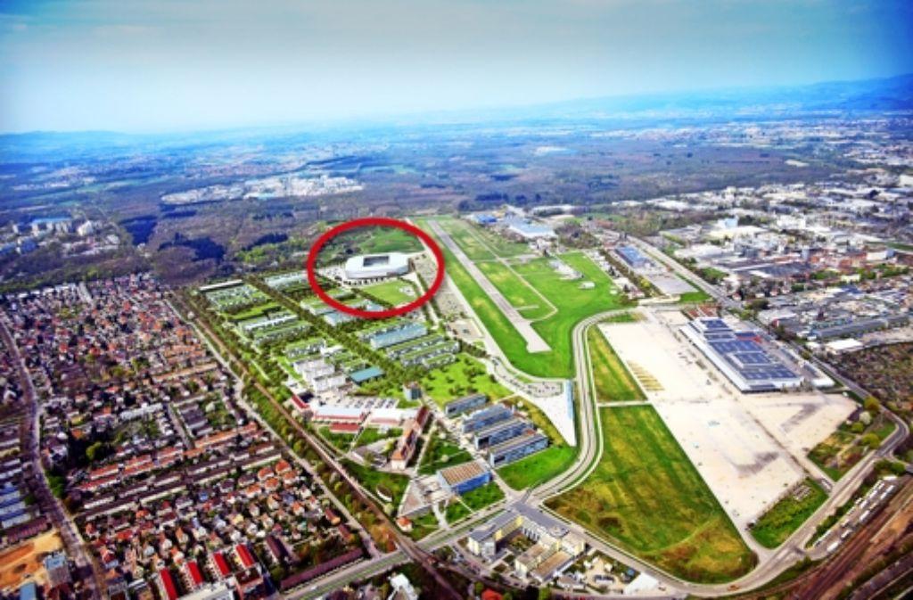 Im roten Kreis der geplante Standort für das Freiburger Stadion im Stadtteil Mooswald, links davon Fakultäten der Universität, rechts die Landebahn des Sportflugplatzes, im Vordergrund rechts das  Messegelände. Foto: Luftbild: Patrick Seeger; Visualisierung: HH-Vision/Albert Speer und Partner